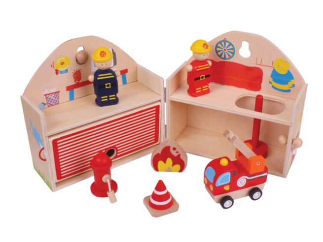 gioco per stimolare l'attenzione e l'immaginazione e il senso civico,playset vigili del fuoco. gioco didattico in legno, bigjitoys bj683,play to stimulate the attention and imagination and the sense of civic duty, playset firefighters. educational games wooden bigjitoys bj683,