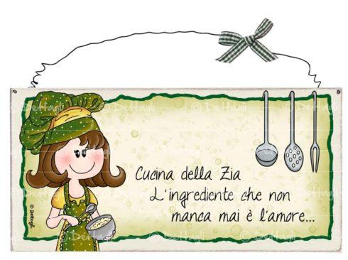 cuoca che cucina, targhette artigianali con frasi e dediche personalizzabili